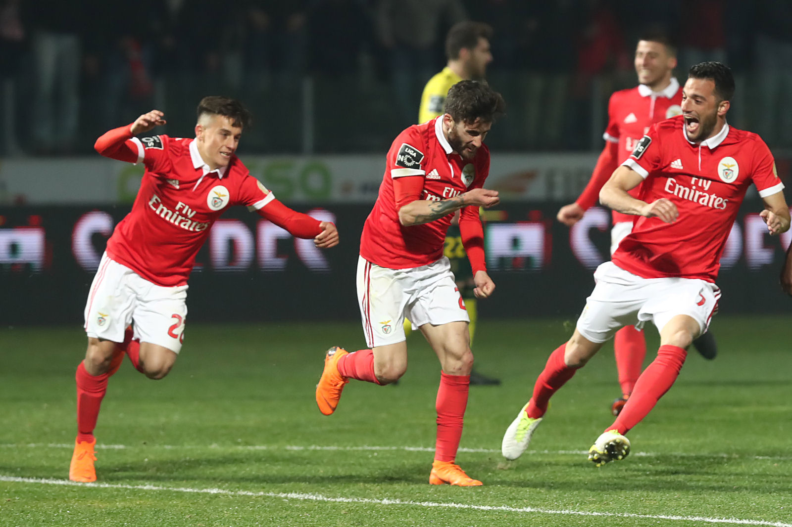 Benfica vence o Feirense por 2-0 e ascende à liderança da I Liga à condição