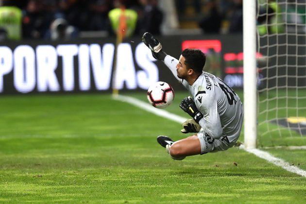 Renan Ribeiro defende o penalti decisivo na Taça da Liga.