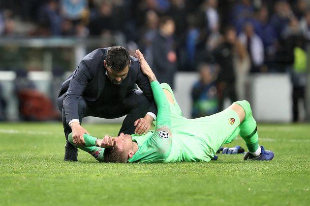 Sérgio Conceição conforta Olsen na hora da derrota do guarda-redes da Roma | FOTOGRAFIAS